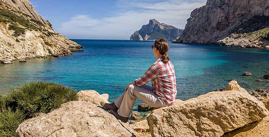 Frau blickt aufs Meer auf Mallorca