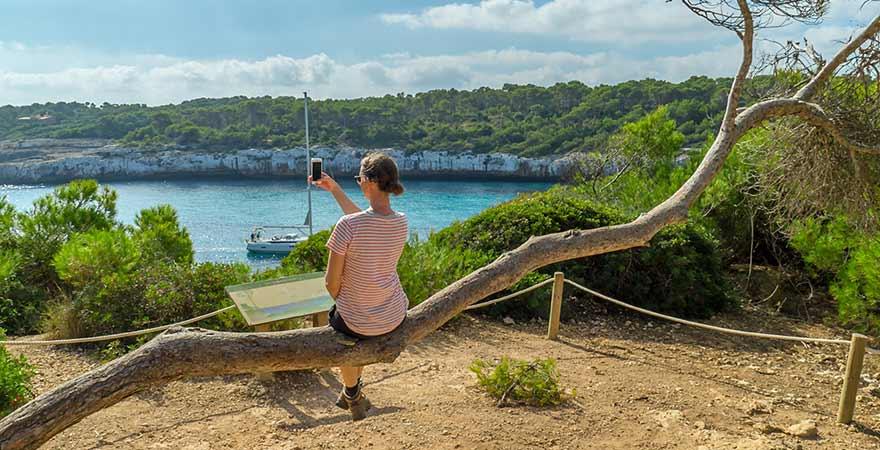 Frau macht ein Bild vom Meer auf Mallorca