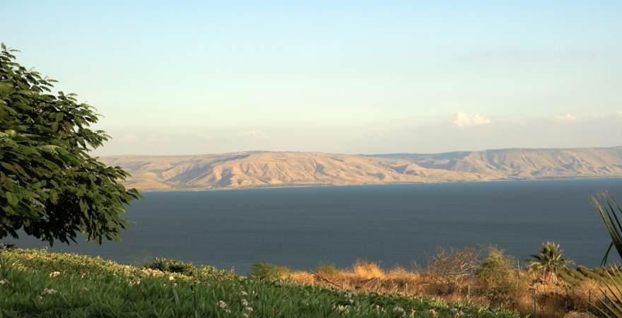 Der See Genezareth im Norden von Israel ist ein Süßwassersee