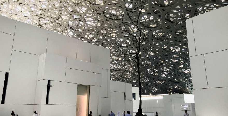 Das kunstvoll gestaltete Dach des Louvre Abu Dhabi