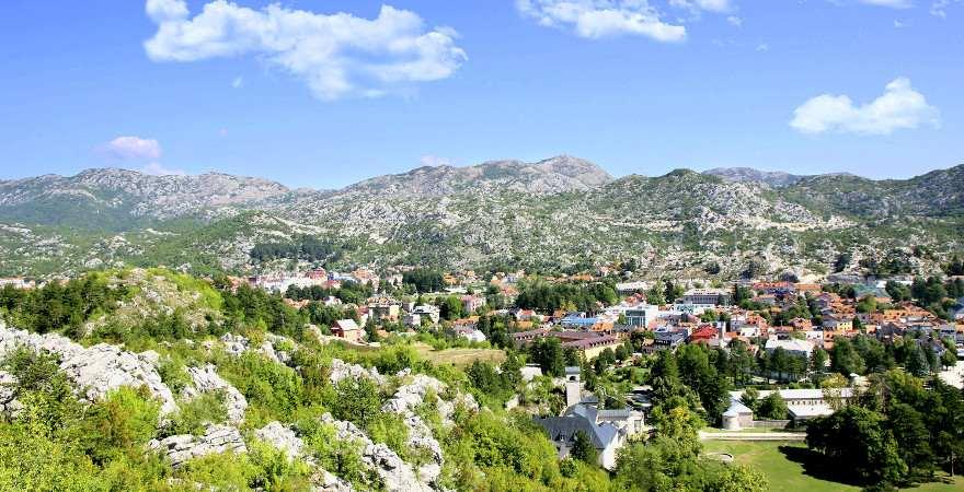 Eine grüne Stadt umrahmt von Berge