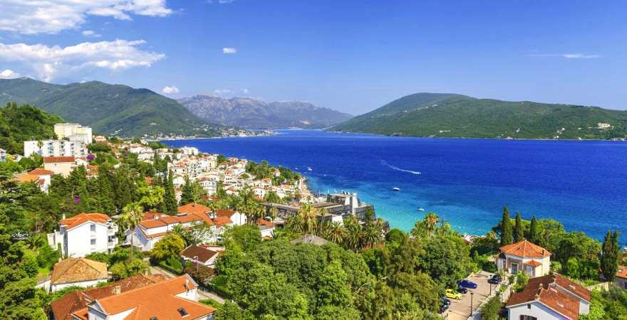 Eine Stadt am Berg vor einer wunderschönen Bucht