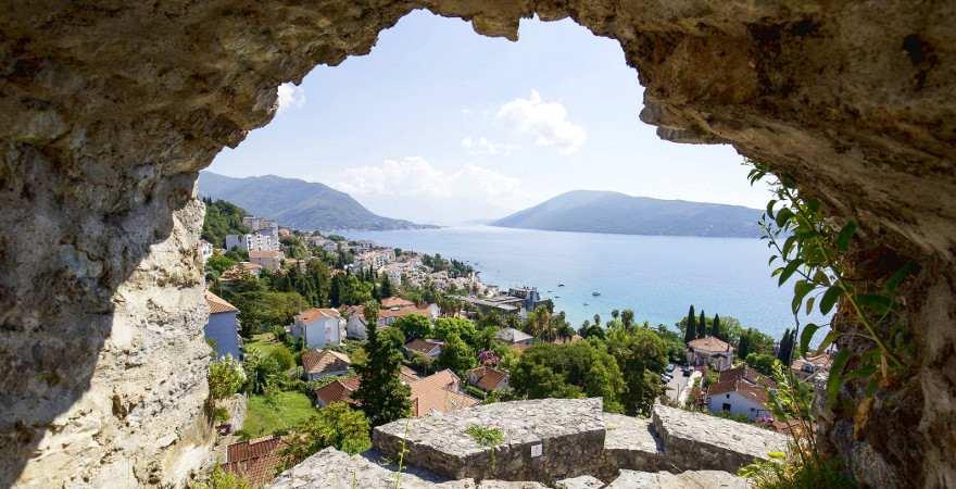 Blick druch einen Felsbogen auf Herceg Novi