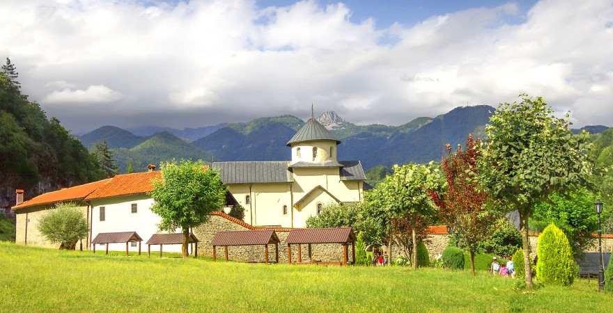 Ein Kloster inmitten von Bergen in Montenegro