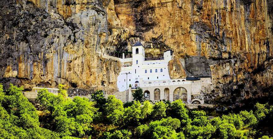das weiße Kloster Ostrog wurde in den Fels gebaut
