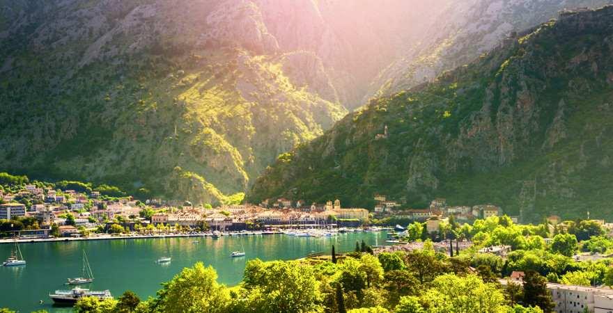 Blick auf Kotor-Stadt am Fuß der Berge