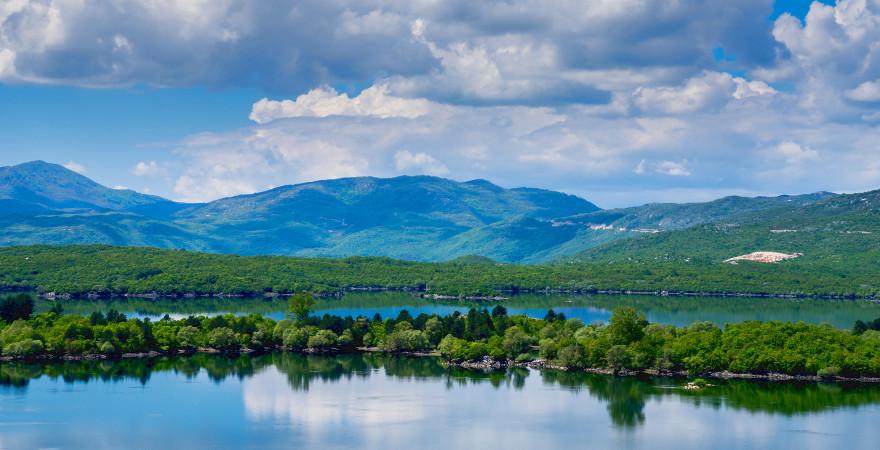 Der Krupac See mitten im der grünen Landschaft von Montenegro