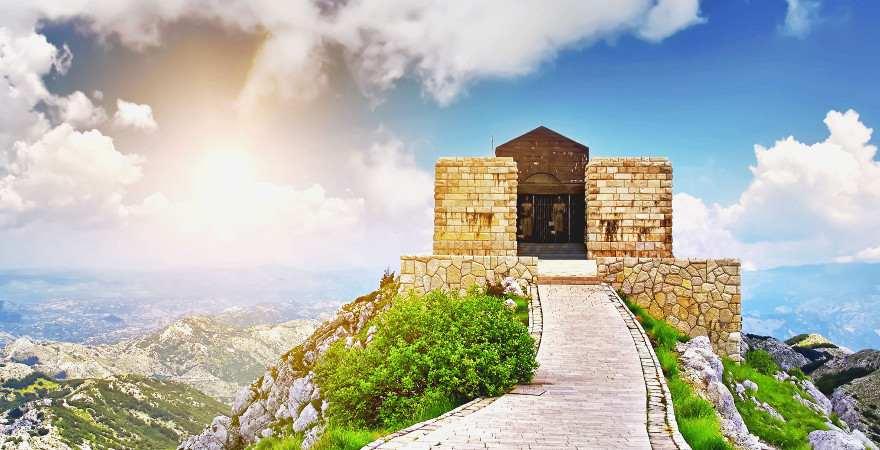 Ein Mausoleum auf einem Berg in Montenegro