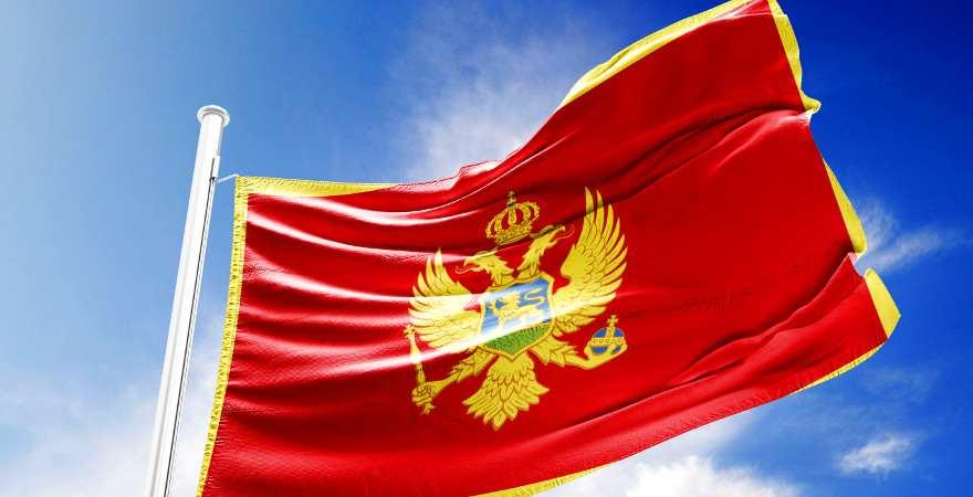 Die rote Flagge Montenegros mti dem gelben Doppelkopfadler