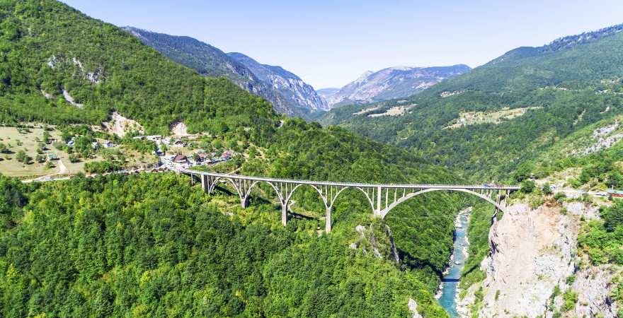 Brücke über ein grünes Flusstal in den Bergen Montenegros