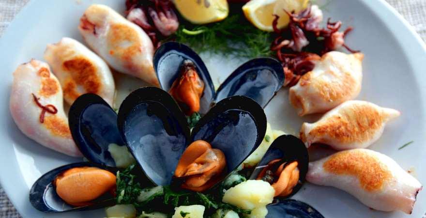 Meeresfrüchteplatte mit Muscheln und Tintenfisch