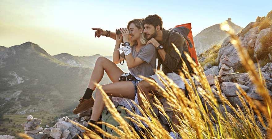 Ein Paar genießt die Aussicht auf die Berge beim Wandern