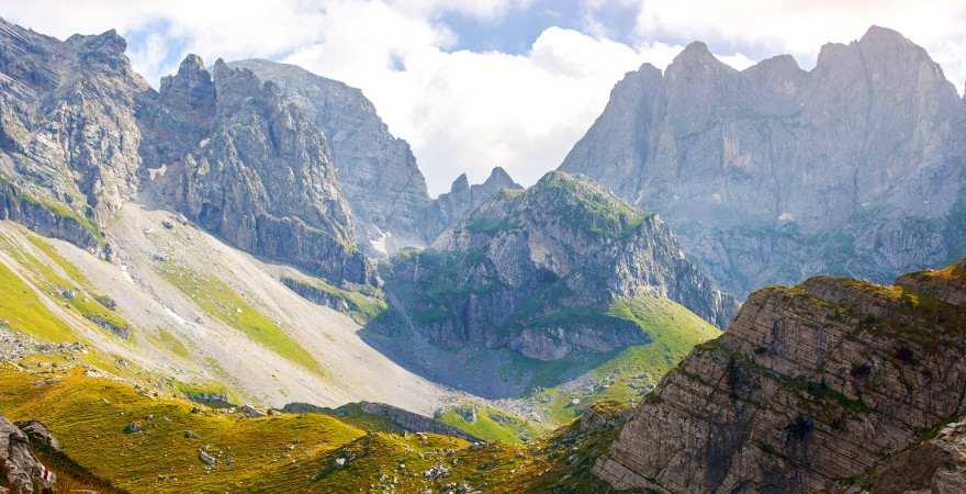 Ein alpines Hochtal mit felsigen Gipfeln