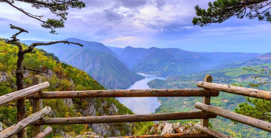 Ausblick auf eine grünes Flusstal im Durmitor Nationalpark in Montenegro