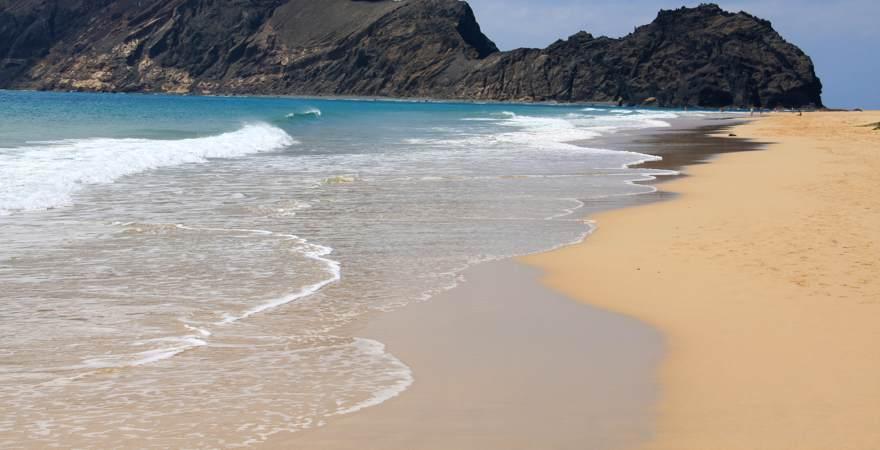 Der Strand bei Calheta auf Madeira mit Blick auf das Meer und Felsen