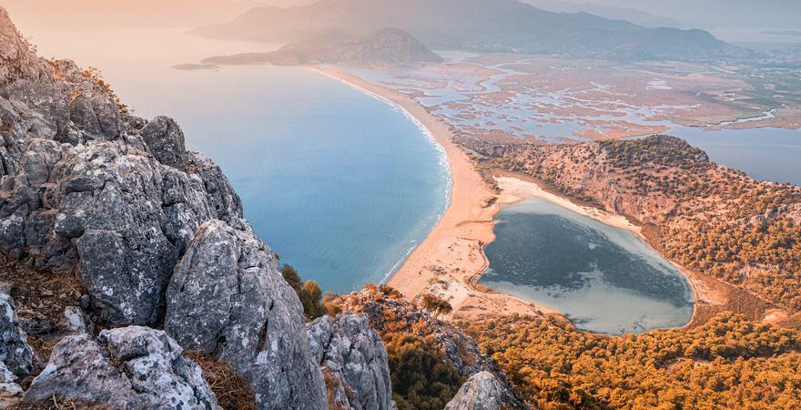 Der Itzutzu Strand bei Dalyan liegt zwischen Meer und Fluss, wodurch kleine Inseln entstehen