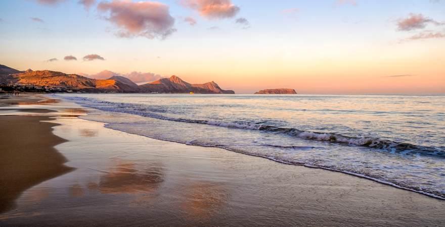 Der Sandstrand der Insel Santo Porto bei Madeira Portugal