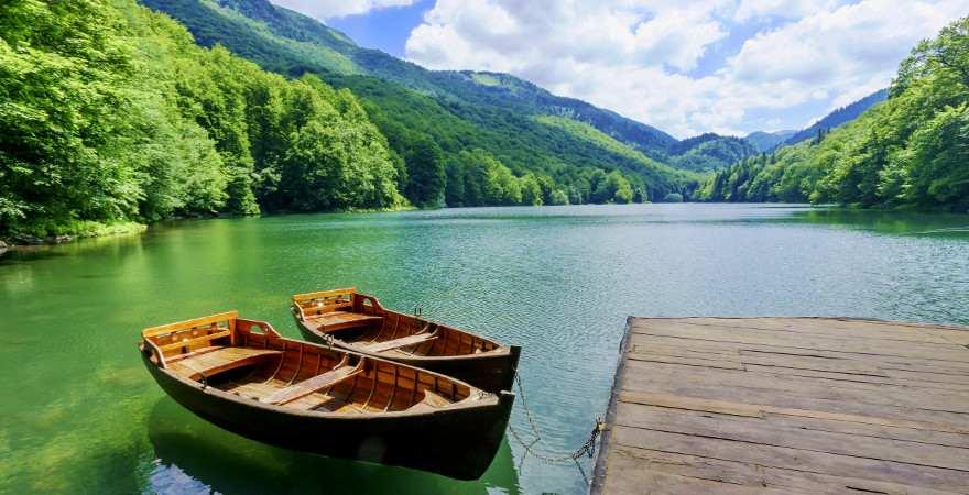 zwei ruderboote auf einem see im nationalpark biogradska gora in montenegro