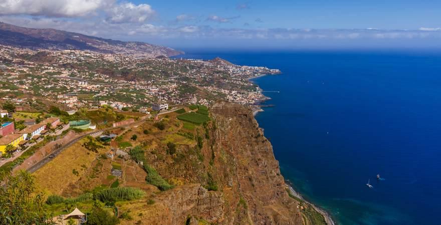 Ein Blick auf die Insel Madeira und das Meer vom Aussichtspunkt Cabo Girao