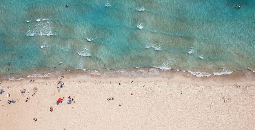 Der Strand der Insel Suluada in der Türkei mit weißem Sand und türkis blauem Meer