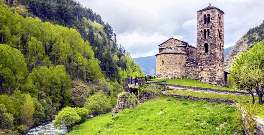 einen alte kirche in einem Tal in Andorra