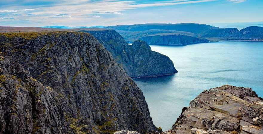 Blick von einer Klippe am Nordkapp auf das arktische Meer