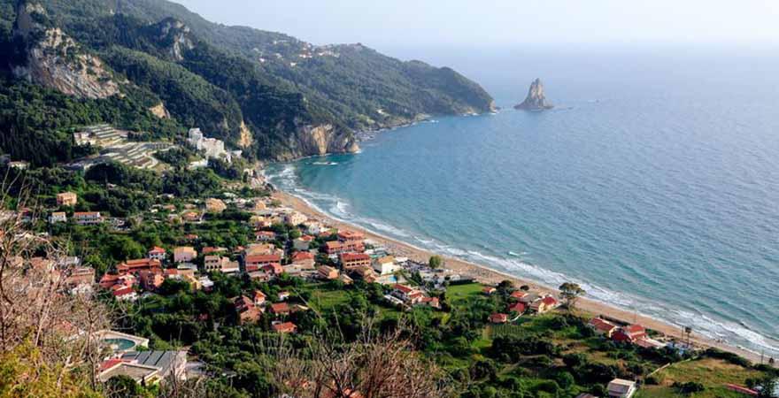 Blick über die Bucht von Agios Gordios in Griechenland