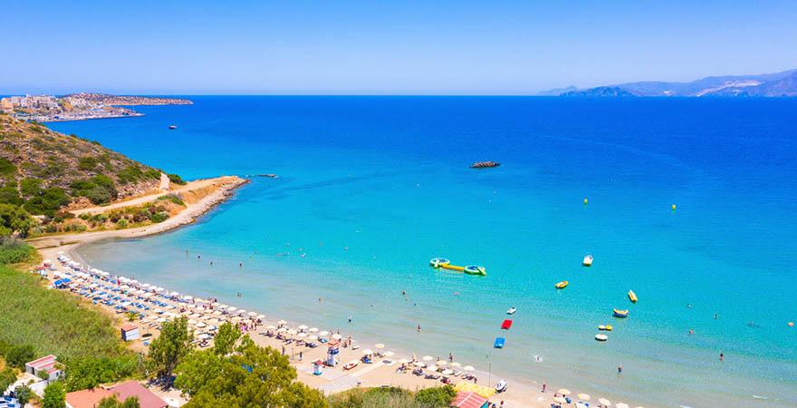 Der berühmte Sandstrand von Almyros, nahe dem einsamen Strand von Acharavi in Griechenland
