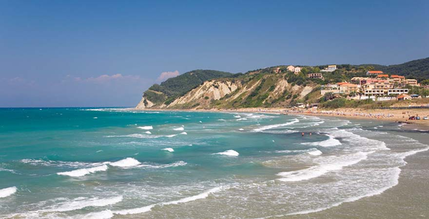 Flach abfallender Sandstrand von Agios Stefanos auf Korfu