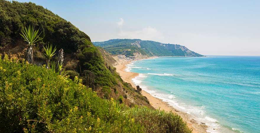 Blick auf Strand von Marathias Beach in Griechenland