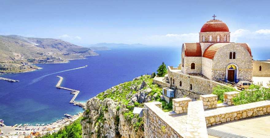 Eine Kirche auf Korfu auf einer Klippe über dem Meer