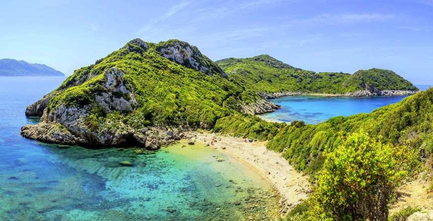 An einer grünen Halbinsel auf Korfu liegt ein Traumstrand