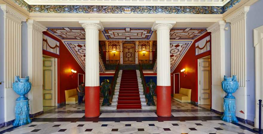 Der Treppenaufgang im Achilleon Palast auf Korfu