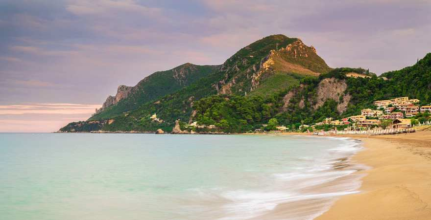 Der Glyfada Beach am Fuss eines Hügels im Morgenlicht