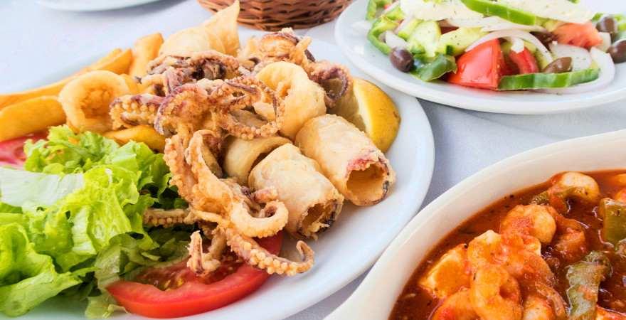 Der Tisch ist mit leckeren griechischen Spezialitäten gedeckt