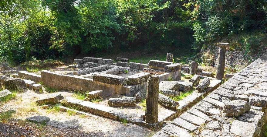 Antike Ruinen im Schlosspark von Mon Repos auf Korfu